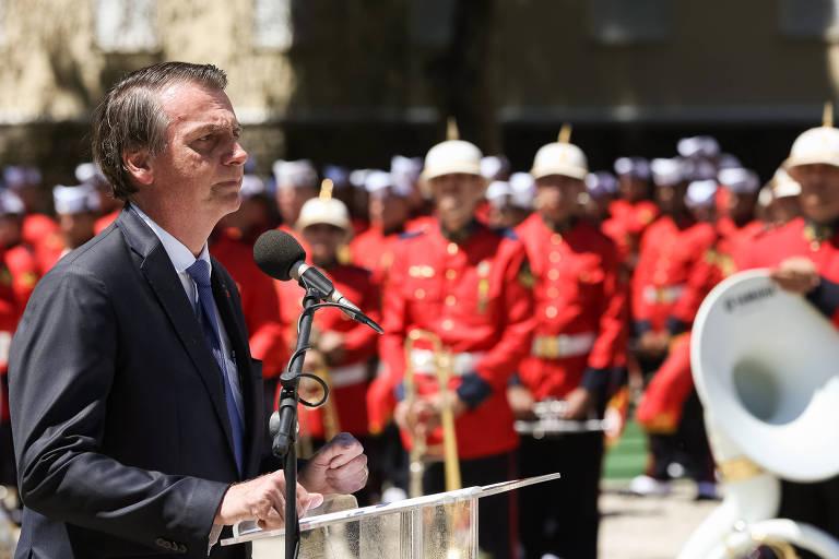 O presidente Jair Bolsonaro participa da cerimônia de celebração dos 211 anos do Corpo de Fuzileiros Navais no Centro do Rio de Janeiro; ao fundo, os fuzileiros navais
