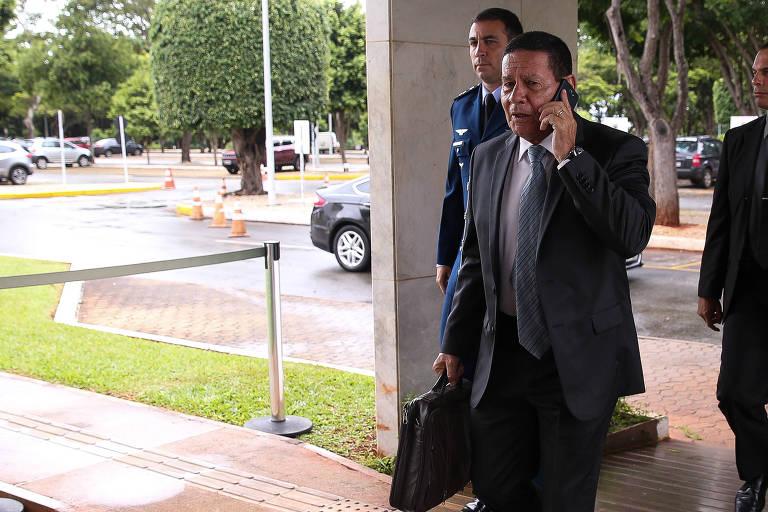 O general Mourão chega ao gabinete da Vice-Presidência na tarde desta quinta (6)