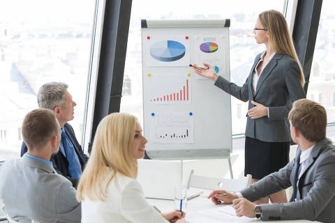 Business woman showing diagram during the presentation at business meeting in office  Foto: Fotolia