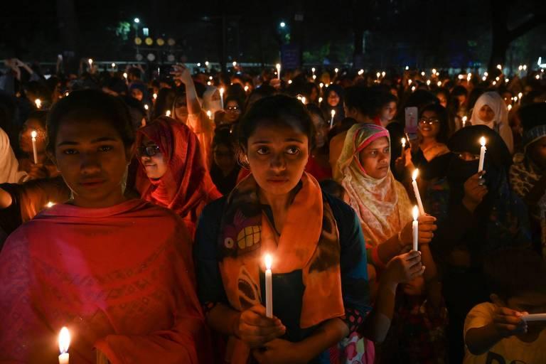 Mulheres participam de vigília para celebrar o Dia Internacional da Mulher em Dhaka, Bangladesh