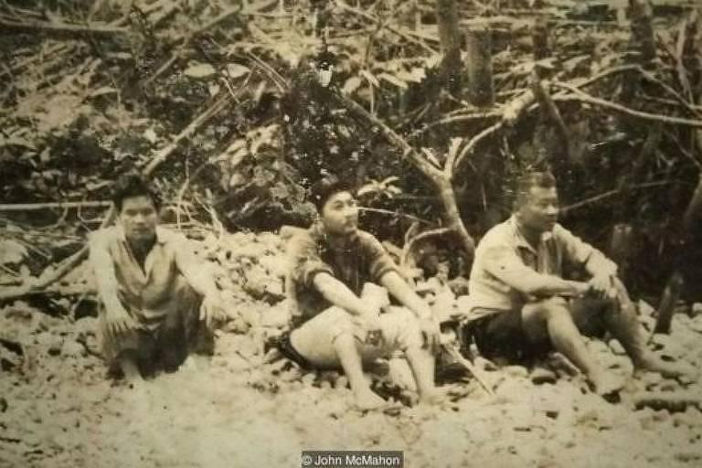 três homens sob árvore