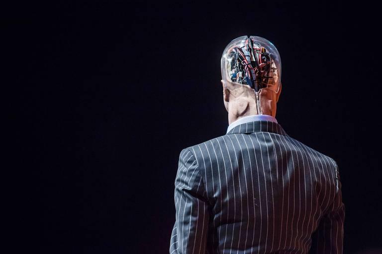 De costas, de terno, robô humanoide Han é apresentado em conferência de tecnologia em Hong Kong