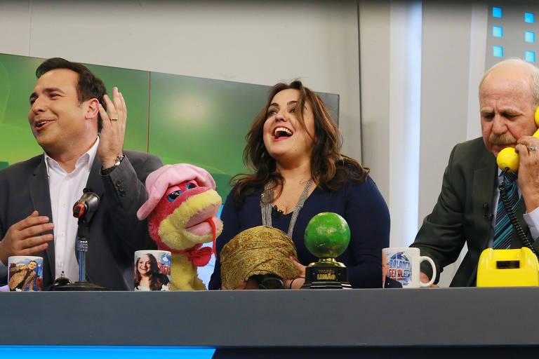 """Os apresentadores Reinaldo Gottino, Fabíola Reipert e Renato Lombardi apresentam o quadro """"A Hora da Venenosa"""""""