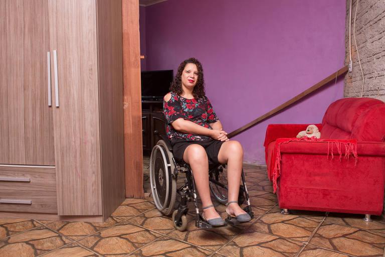 Carol Santos, paraplégica após o ex-namorado tentar matá-la a tiros, em sua casa, em Porto Alegre