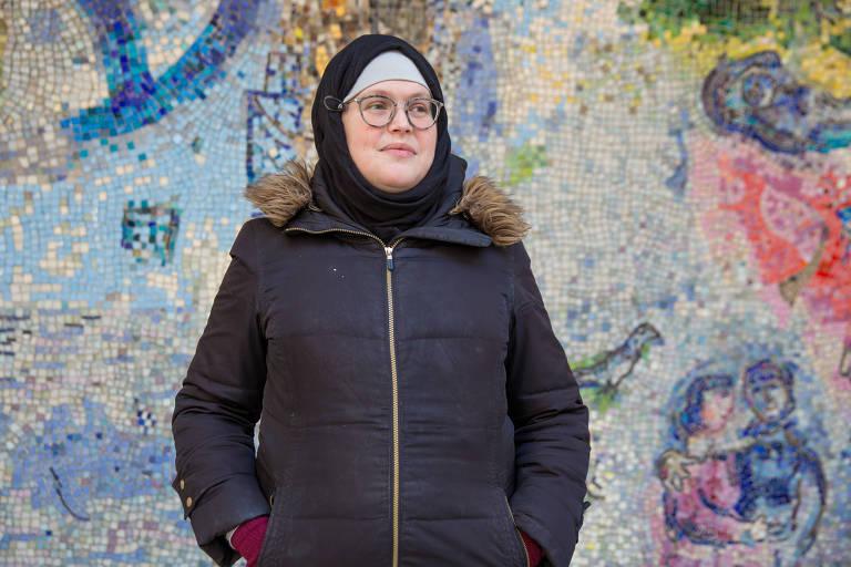 retrato de mahdia lynn, mulher branca, de casaco preto e lenço preto que cobre a cabeça e os cabelos
