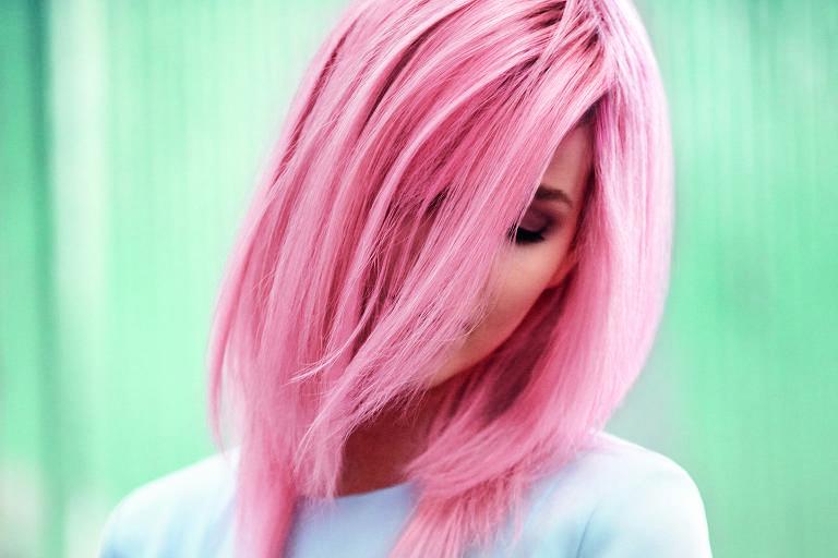 Pink em versão suave: trabalho meticuloso com leve dégradée de tons e mantendo as raízes como fundo
