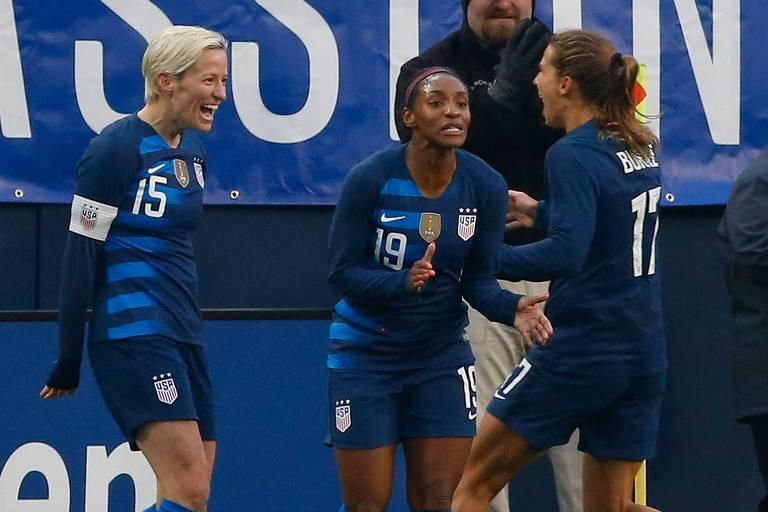 Crystal Dunn, Tobin Heath e Megan Rapinoe comemoram gol da seleção dos EUA