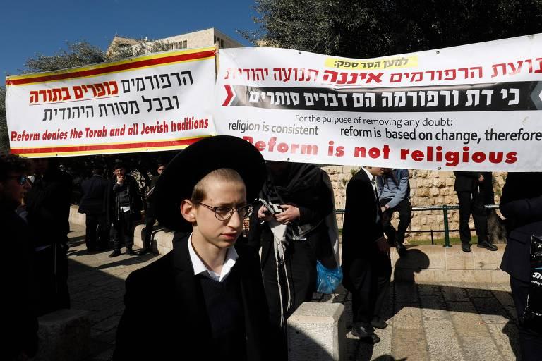 Judeus ultraortodoxos atacam mulheres que rezam no Muro das Lamentações