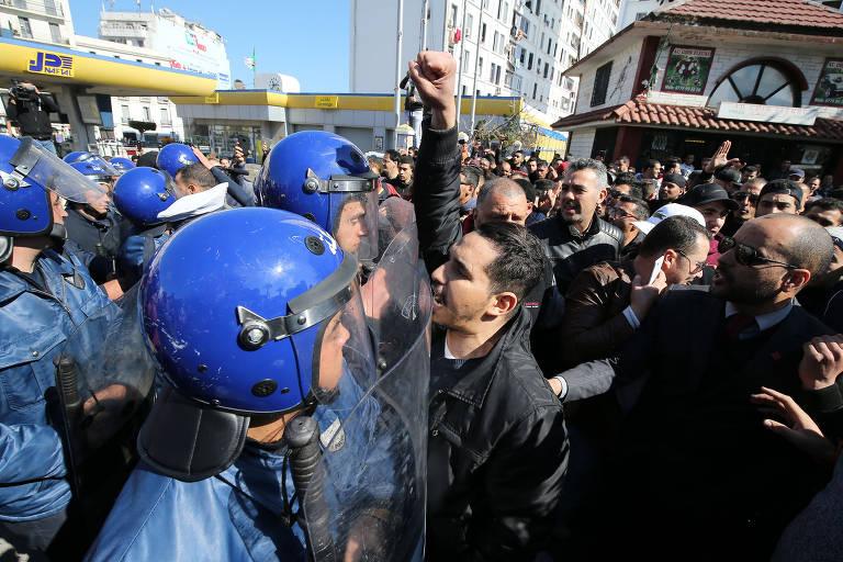 Protestos contra o presidente argelino