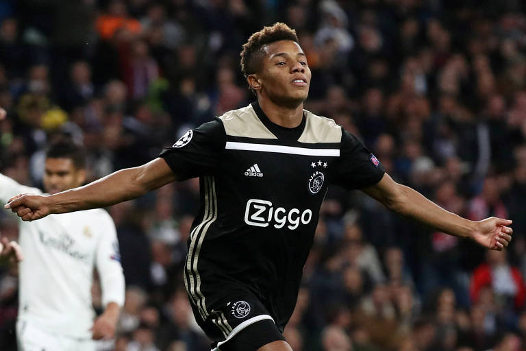 David Neres comemora o segundo gol do Ajax contra o Real Madrid, pela Champions League