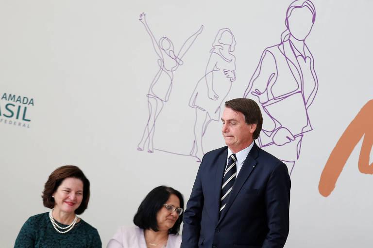 A procuradora-geral Raquel Dodge, a ministra Damares Alves e o presidente Jair Bolsonaro em cerimônia em Brasília