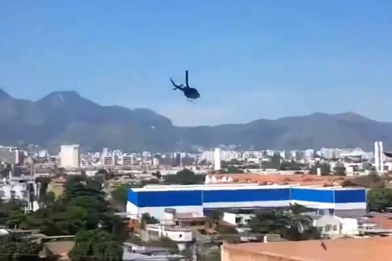 Helicópteros da polícia fazem voos rasantes e tiros são ouvidos no Complexo do Alemão, no Rio