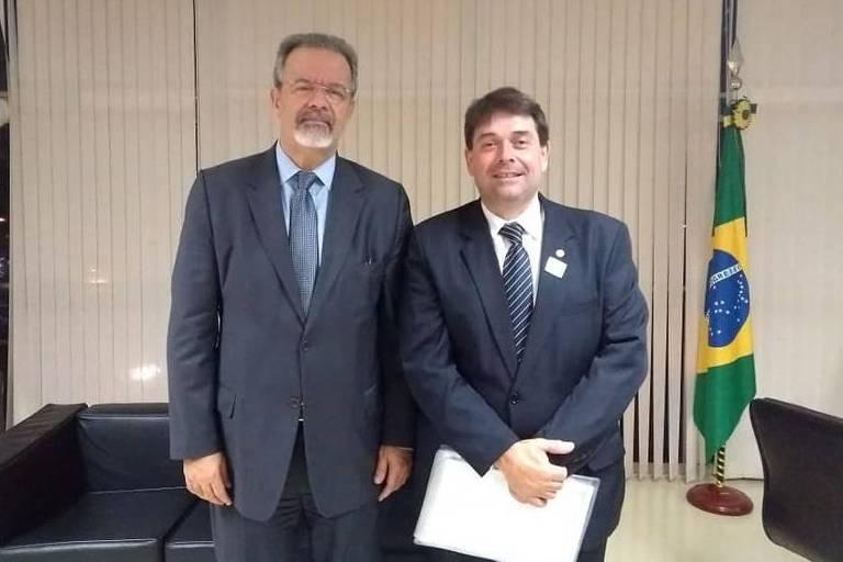 O então ministro extraordinário da Segurança Pública, Raul Jungmann, recebe o à época comandante-geral afastado da GCM de São Paulo, Carlos Alexandre Braga