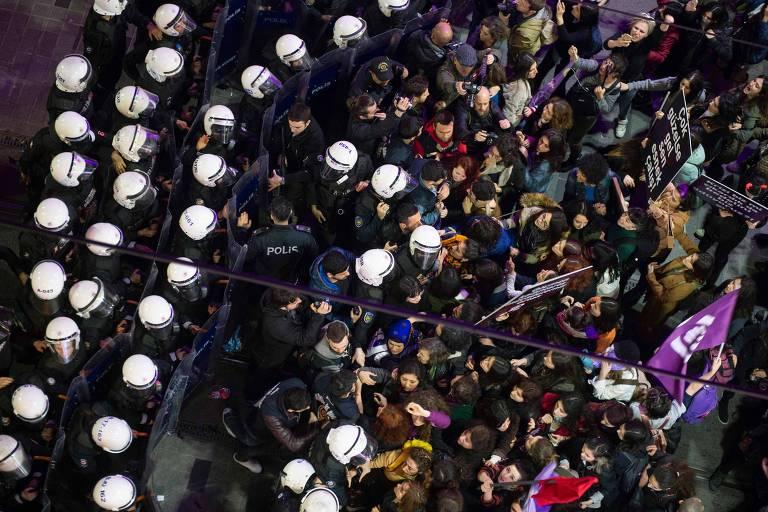Policiais confrontam manifestantes em ato pelo Dia da Mulher em Istambul, na Turquia