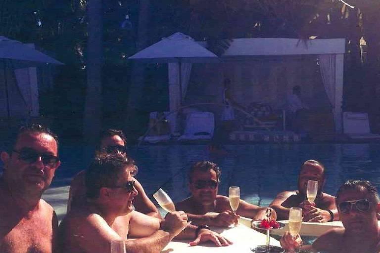 O ex-governador do Paraná Beto Richa (PSDB), em festa na piscina do hotel Delano, em Miami Beach, ao lado de empresários suspeitos de desviar verbas do estado, em novembro de 2014