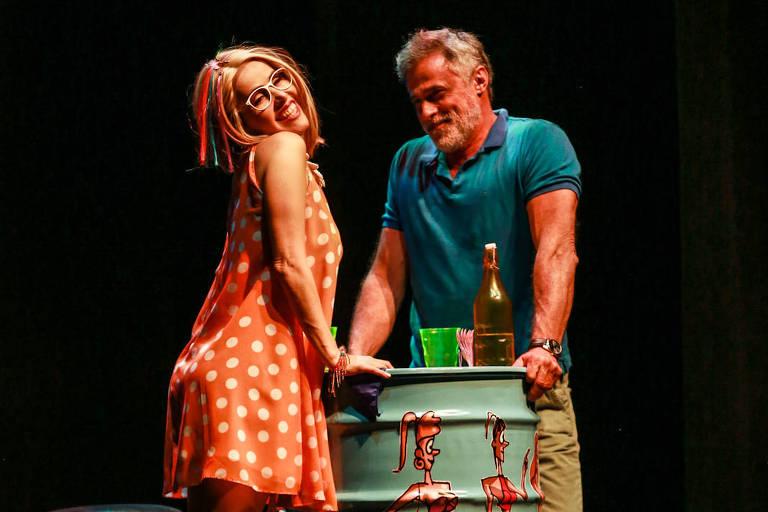 """Cena da peça """"Gatão de meia-idade"""", em cartaz em São Paulo, com Oscar Magrini e Leona  Cavalli"""