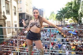 Em bloco no Rio, Anitta se fantasia de Bebel, personagem de Camila Pitanga