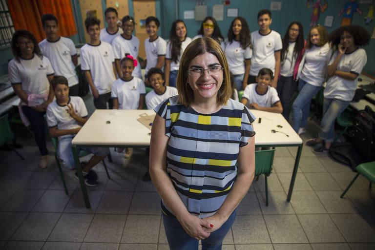 Débora Garofalo, 39, com seus alunos da escola Almirante Ary Parreiras, na zona sul de São Paulo
