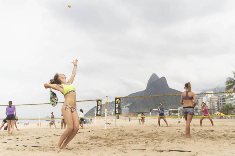 Treino de beach tennis na praia de Ipanema, no Rio de Janeiro