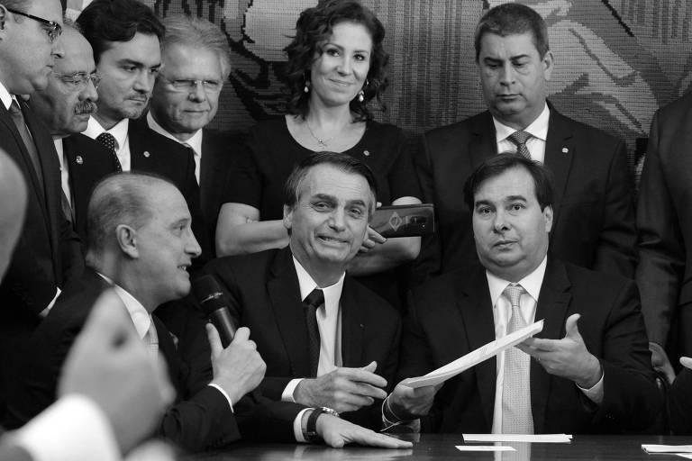 O  Presidente da Câmara dos Deputados, dep. Rodrigo Maia, recebe das mãos do Presidente da República Jair Bolsonaro a proposta da reforma da previdência, ao lado do presidente do senado Davi Alcolumbre