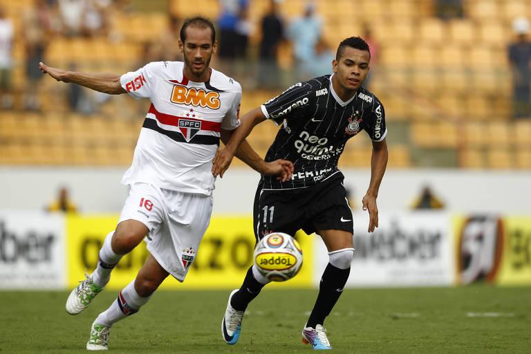 Rodrigo Souto disputa a bola com Dentinho no clássico entre São Paulo e Corinthians, em 2011