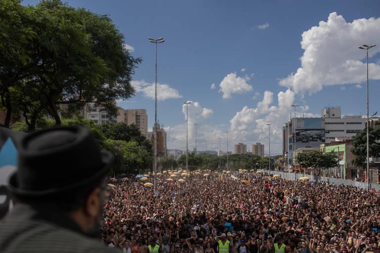 Multidão em carnaval de rua em São Paulo
