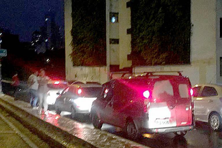 Após cancela aberta, carros seguiram pelo Minhocão, que fica fechado durante final de semana; ainda não se sabe o motivo que levou a abertura da grade