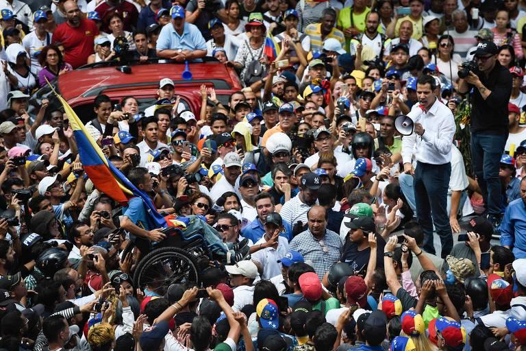 O líder da oposição na Venezuela, Juan Guaidó, discursa em protesto na capital Caracas neste sábado (9)