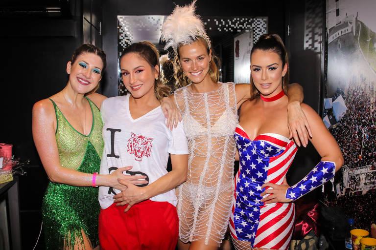 Claudia Leitte realizou show com seu Bloco Largadinho pelas ruas do bairro da Barra Funda em SP. Dani Calabresa, Renata Kuerten e Mari Saad foram as madrinhas do trio
