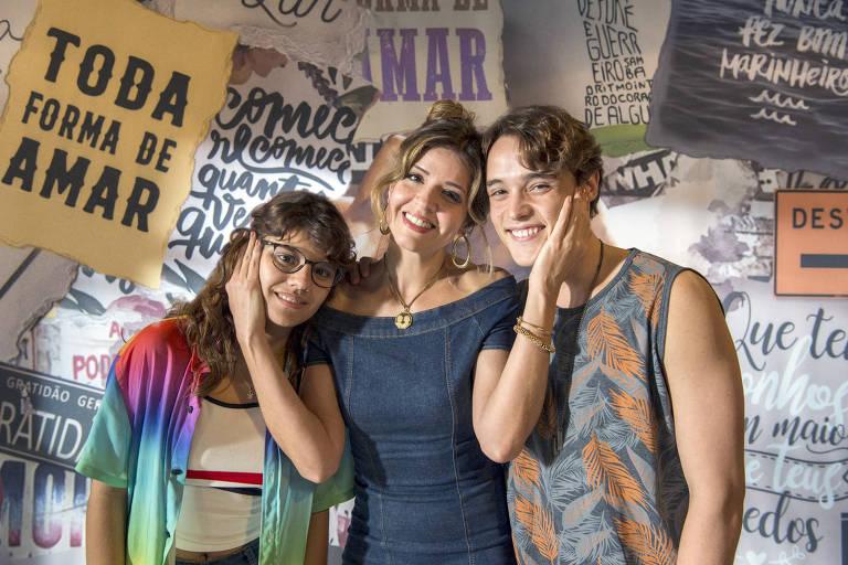 Mariana Santos (Carla) ao lado de Dora de Assis (Raíssa) e Danilo Maia (Thiago)