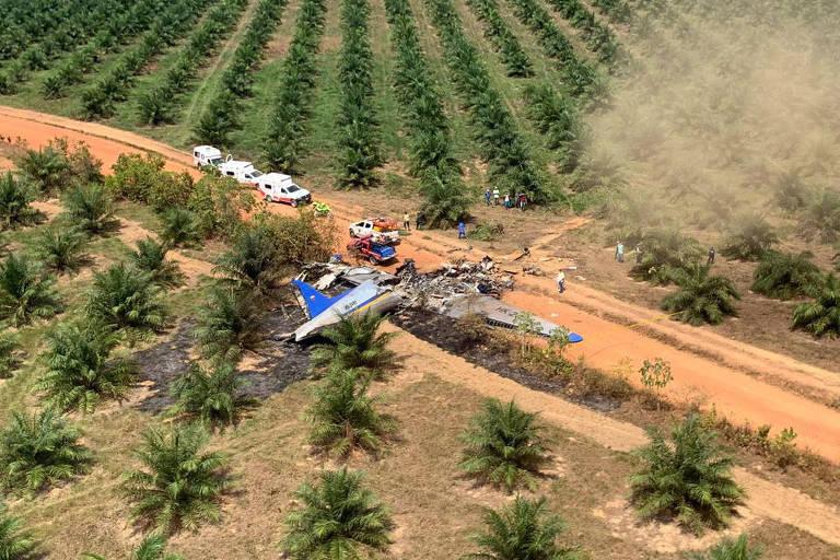 Imagem captada pelas equipes de resgate mostra a aeronave DC-3 destruída, em acidente que deixou 12 mortos