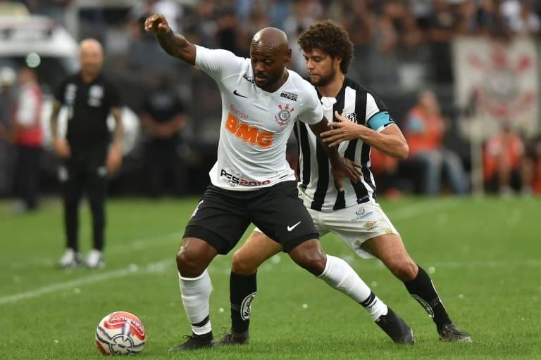 Vagner Love protege a bola de Victor Ferraz no clássico entre Corinthians e Santos, em Itaquera
