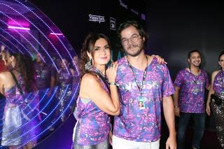 Fátima Bernardes e Túlio Gadêlha trocam beijo na Sapucaí; veja fotos