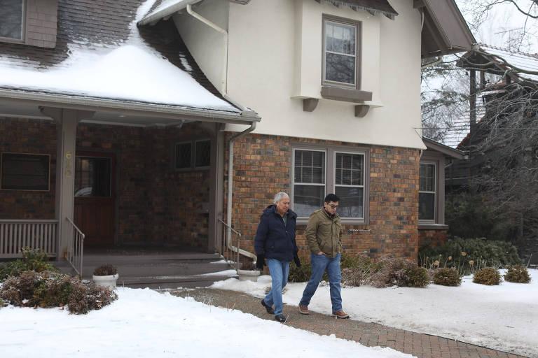 O jornalista mexicano Emilio Gutiérrez, que busca asilo político nos EUA, com seu filho, Oscar Gutiérrez, em frente à Wallace House, em Ann Arbor