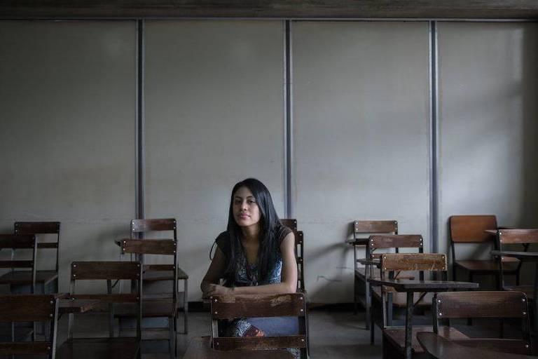 Angela mora perto de Caracas com sua mãe, que é chavista, e seu pai, um oposicionista