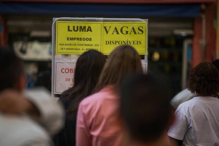 População procura ofertas de emprego no centro de São Paulo