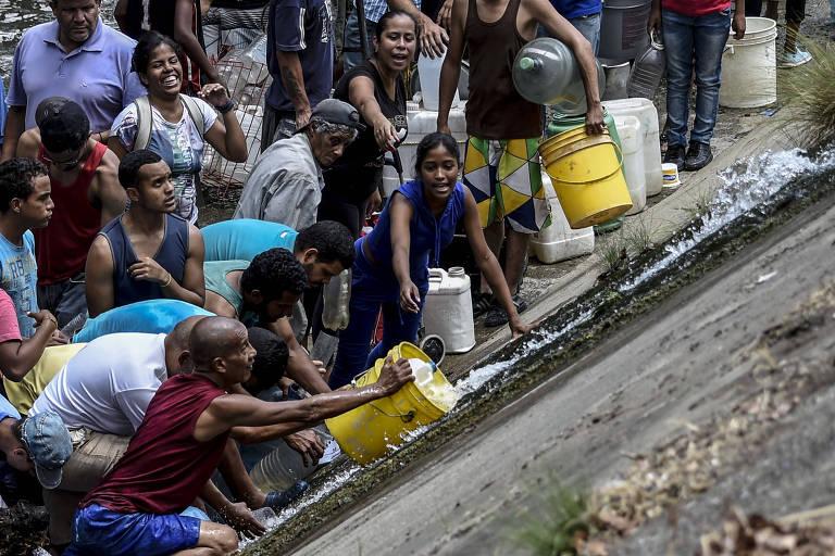 Venezuelanos coletam água de esgoto