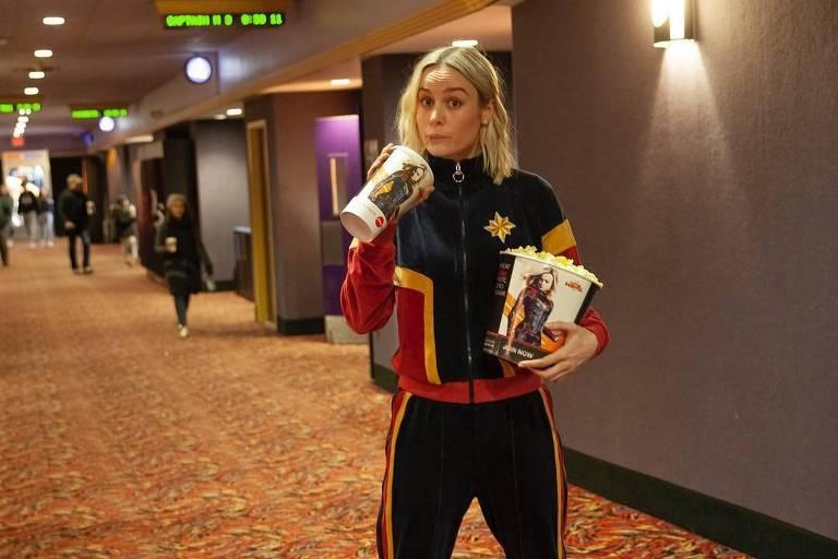 Brie Larson ajuda a servir pipoca em sessão do filme 'Capitã Marvel'