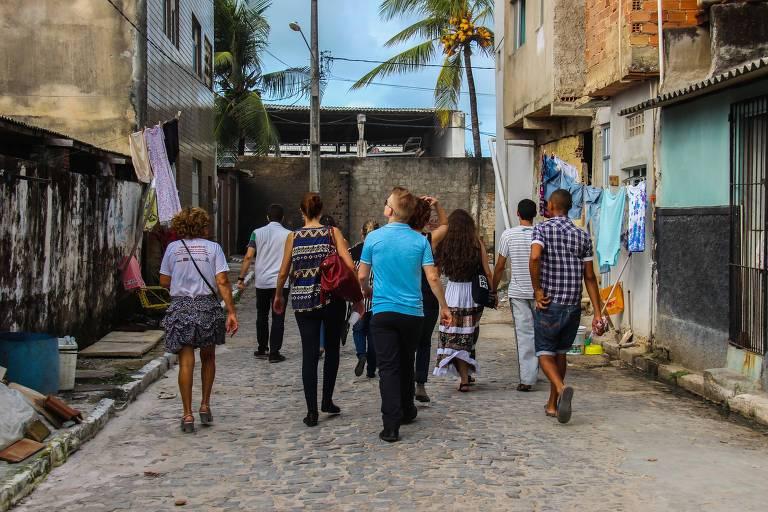 Empreendedores de negócios de impacto social, acelerados pela Artemisia, visitam bairro periférico no Recife