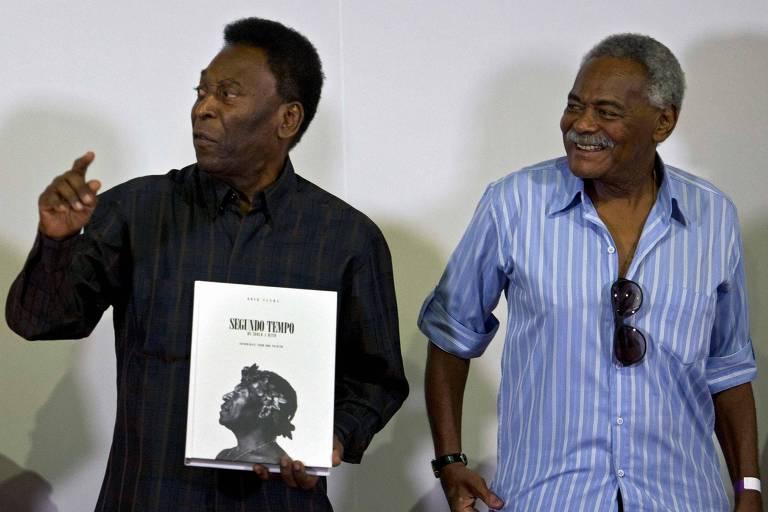Pelé, ao lado de Coutinho, durante lançamento de livro realizada em 2015, em Santos