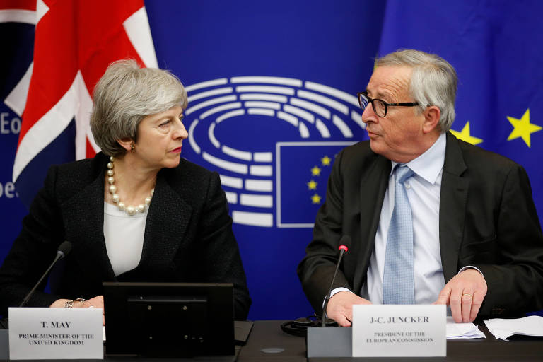 A premiê britânica, Theresa May, e o presidente da Comissão Europeia, Jean-Claude Juncker, durante reunião nesta segunda (11.mar) em Estrasburgo, na França