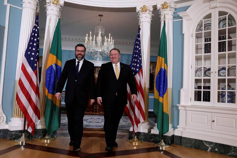 chanceleres andam lado a lado; nas laterais, bandeiras brasileiras e americanas