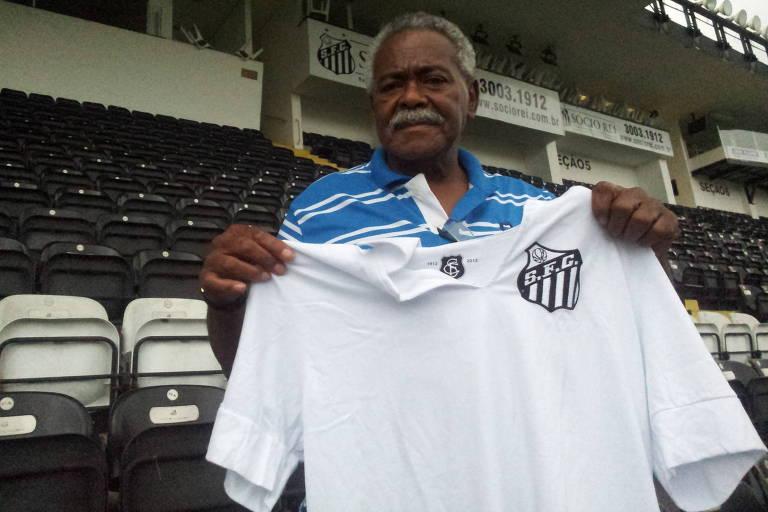 Coutinho posa com a camisa do Santos na Vila Belmiro