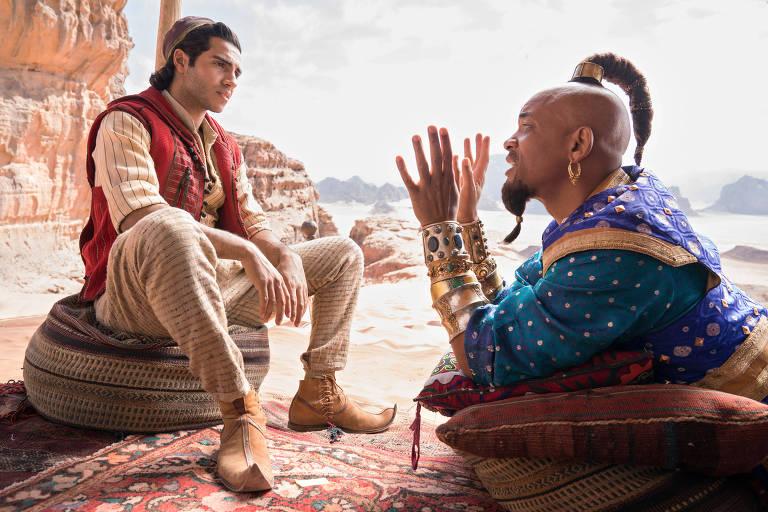 Atores Mena Massoud e Will Smith em cena