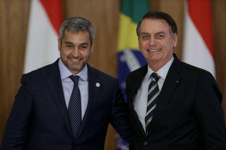 Os presidentes Mario Abdo e Jair Bolsonaro durante reunião em Brasília, em março