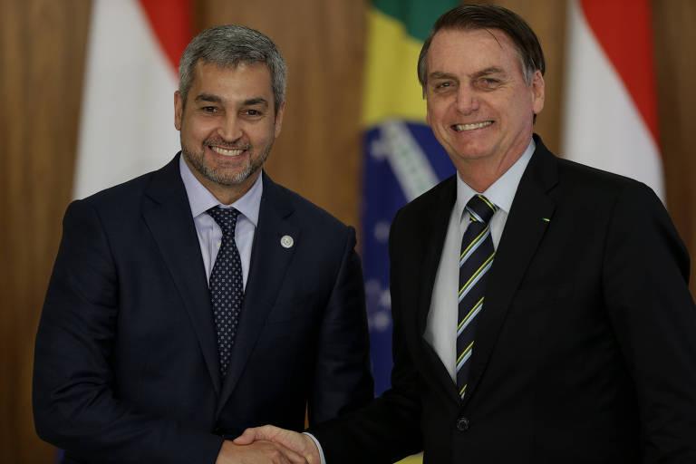 O presidente Jair Bolsonaro e o presidente do Paraguai Mario Abdo Benítez aparecem posando para a foto, apertando as mãos