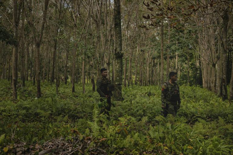 Soldados vigiam selva durante cerimônia para construir casas para ex-insurgentes islâmicos em Tipo-Tipo, nas Filipinas