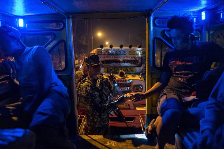 Soldados inspecionam veículo na entrada da  cidade de Zamboanga, no sul das Filipinas