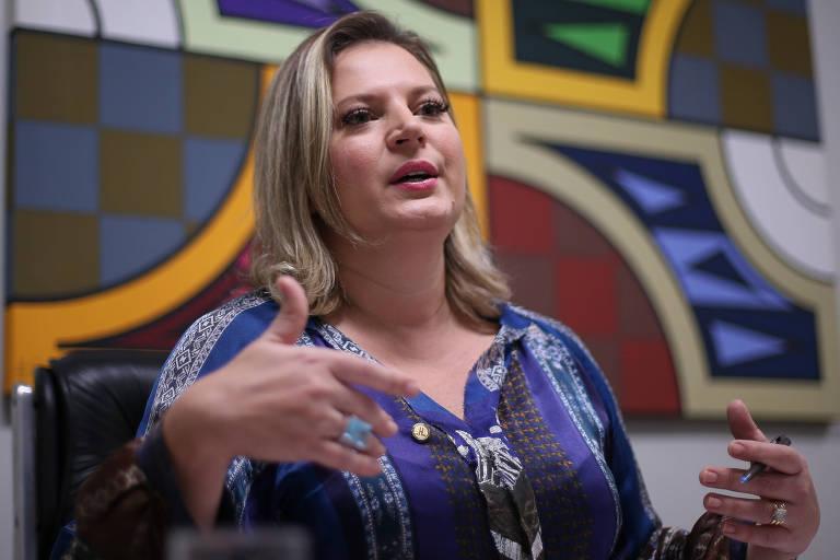 Com quadro colorido ao fundo, Joice Hasselmann fala em seu gabinete durante entrevista à Folha