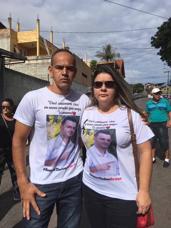 Os pais de Bruno Rocha Rodrigues, 26, que era funcionário da Vale e segue entre os desaparecidos